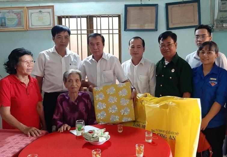 Công ty TNHH MTV Xổ số Kiến thiết Long An thăm hỏi và tặng quà Mẹ Việt Nam Anh Hùng
