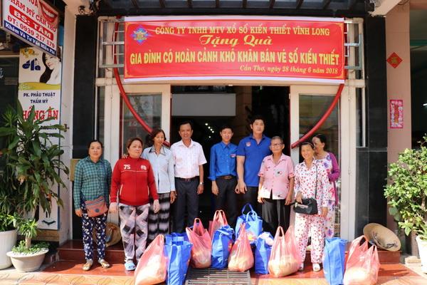CTY XSKT Vĩnh Long: Tặng quà cho các gia đình có hoàn cảnh khó khăn bán vé số kiến thiết tại Cần Thơ và Ô Môn