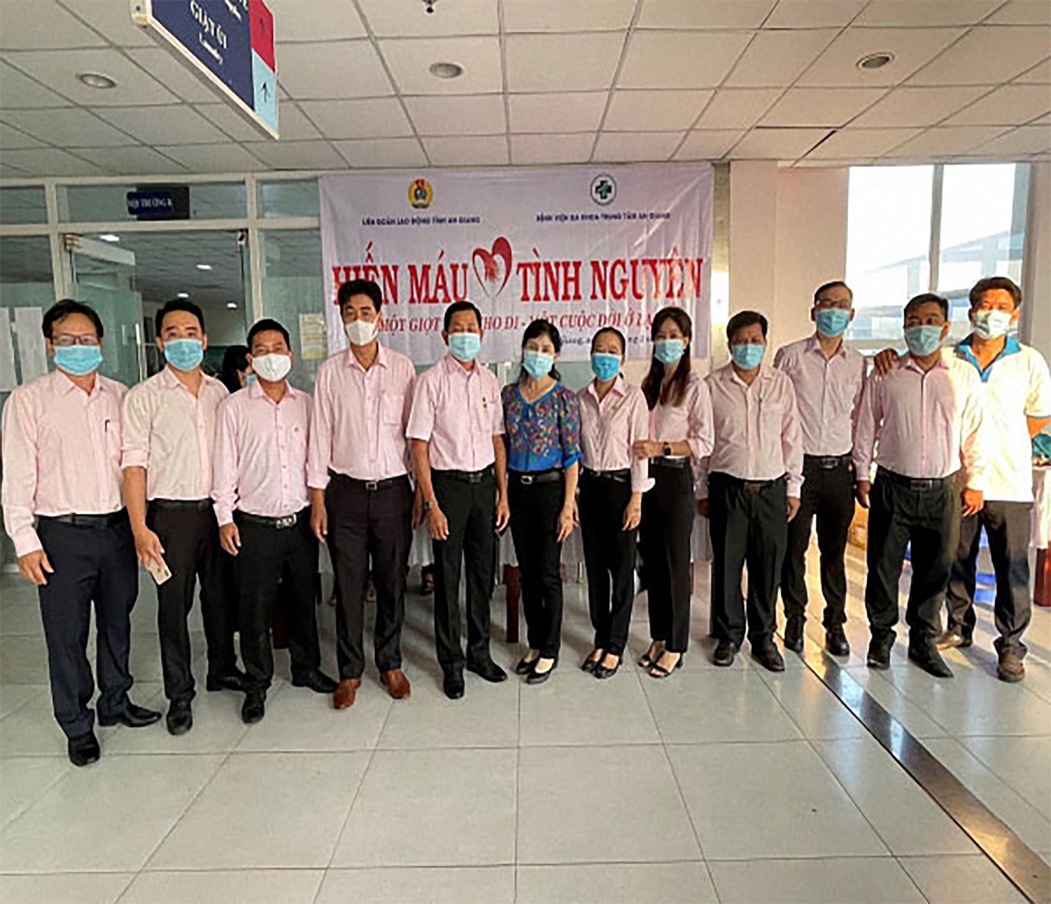 Công đoàn Công ty TNHH MTV Xổ số Kiến thiết An Giang tham gia hiến máu tình nguyện trong bối cảnh dịch bệnh COVID-19
