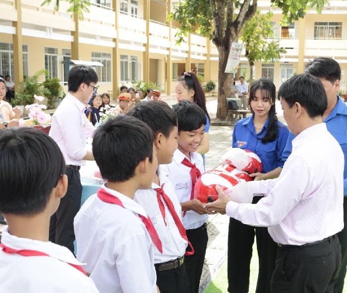 Công ty  Xổ số Kiến thiết Bà Rịa – Vũng Tàu: Trao tặng 500 mũ bảo hiểm và 10.000 cuốn vở cho học sinh