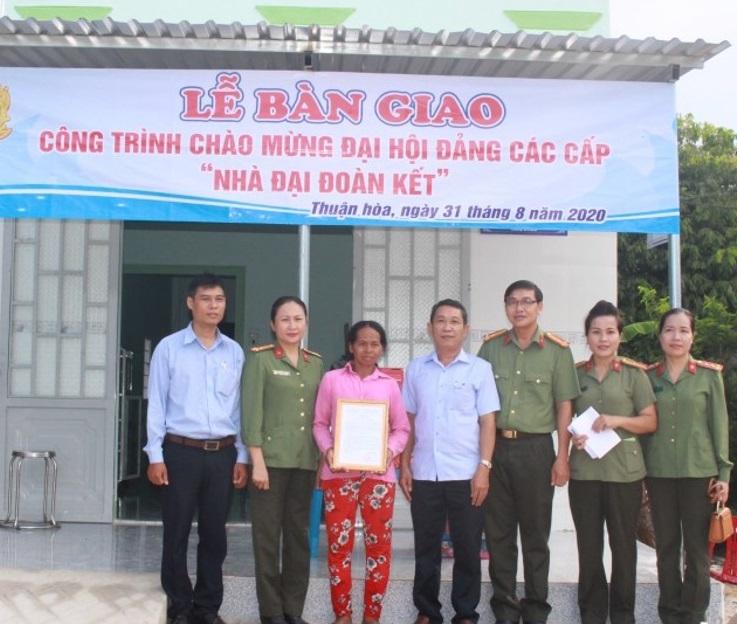 Công ty TNHH Xổ số Kiến thiết Bình Thuận trao nhà đại đoàn kết cho hộ đồng bào dân tộc thiểu số