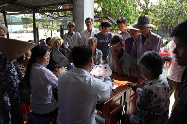 Công ty Xổ số kiến thiết Hậu Giang: Trao thuốc miễn phí cho người nghèo xã Phú Tân, huyện Châu Thành, tỉnh Hậu Giang
