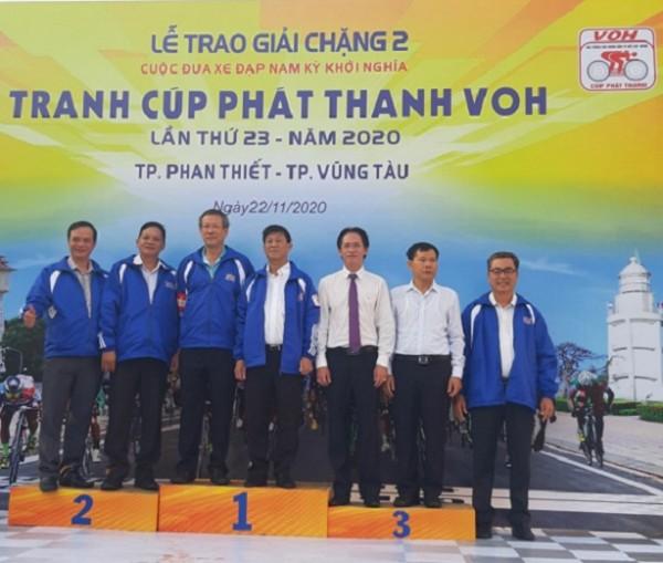 Lãnh đạo Công ty Xổ số Kiến thiết Bà Rịa – Vũng Tàu trao giải chặng 2 cuộc đua xe đạp Nam kỳ Khởi nghĩa 2020