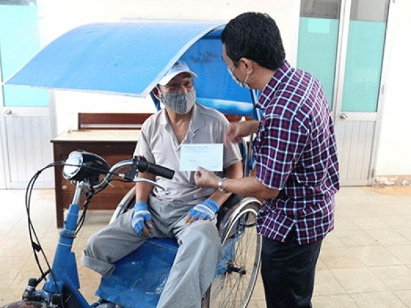 Công ty TNHH MTV Xố số Kiến thiết Bình Thuận: Trao tiền hỗ trợ cho người bán lẻ vé số phường Đức Thắng