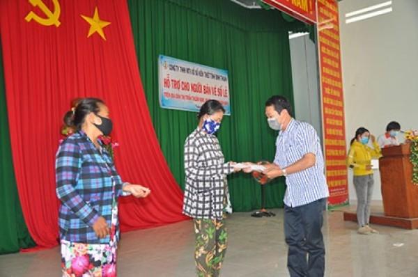 Công ty Xổ số Kiến thiết Bình Thuận trao tiền hỗ trợ cho người bán vé số ở Hàm Thuận Nam