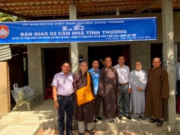 Công ty TNHH MTV Xổ số Kiến thiết Hậu Giang cùng Hội từ thiện chùa Linh Phước trao tặng 2 căn nhà Tình thương