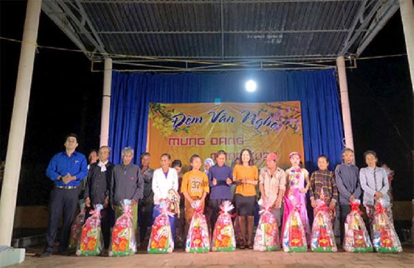 Công ty XSKT Bình Thuận trao quà cho người nghèo