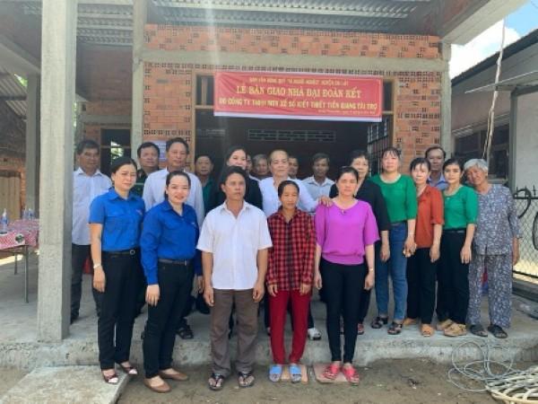 Công ty TNHH MTV Xổ số kiến thiết Tiền Giang bàn giao nhà Đại Đoàn Kết tại xã Mỹ Thành Bắc, huyện Cai Lậy