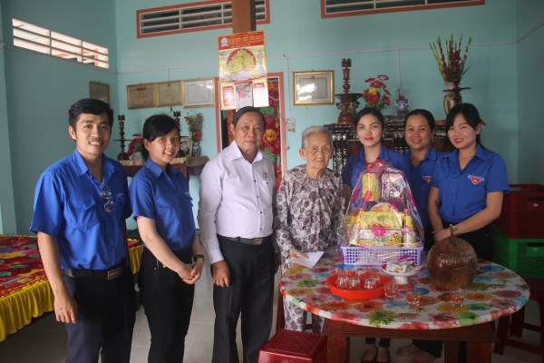 Công ty TNHH MTV Xổ số kiến thiết Tiền Giang đến thăm Mẹ Việt Nam Anh hùng và Gia đình chính sách