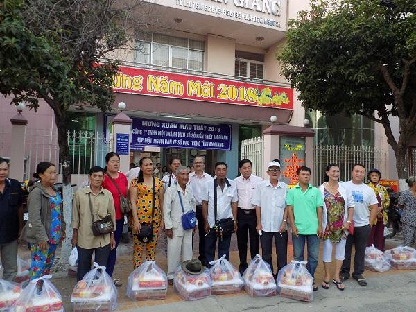 Công ty XSKT tỉnh An Giang: Họp mặt và tặng quà người bán vé số dạo