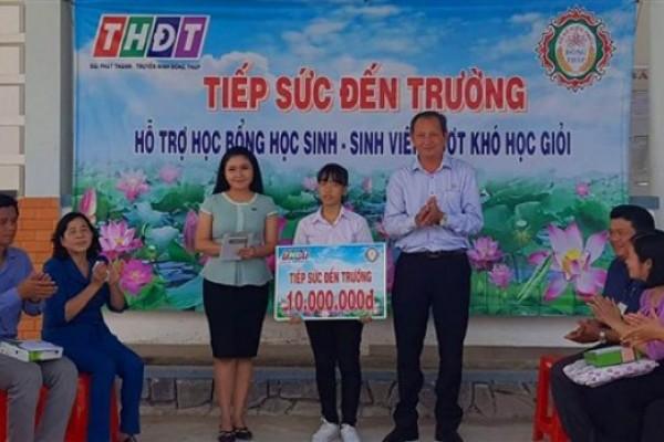 """Công ty TNHH MTV Xổ số kiến thiết tỉnh Đồng Tháp trao học bổng """"Tiếp sức đến trường"""" tại huyện Tháp Mười"""