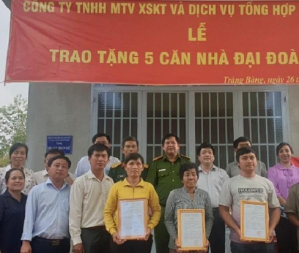 Công ty TNHH MTV Xổ số kiến thiết và Dịch vụ tổng hợp Bình Phước trao tặng 05 căn nhà Đại đoàn kết cho hộ nghèo tại tỉnh Tây Ninh.