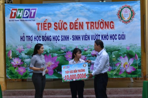 """Công Ty TNHH MTV Xổ số kiến thiết Đồng Tháp trao học bổng """" Tiếp sức đến trường"""" tại huyện Châu Thành, tỉnh Đồng Tháp"""