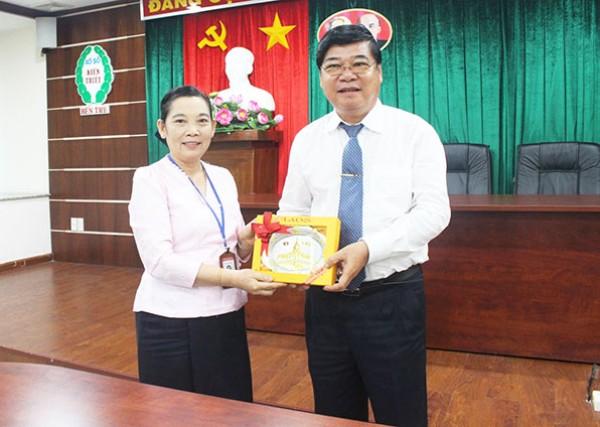 Đoàn cán bộ Đảng Nhân dân Cách mạng Lào đến thăm và làm việc tại Công ty TNHH MTV Xổ số kiến thiết Bến Tre