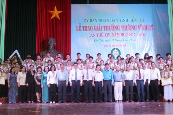 Công ty XSKT Bến Tre: Trao giải thưởng Trương Vĩnh Ký và học bổng cho học sinh năm học 2017-2018