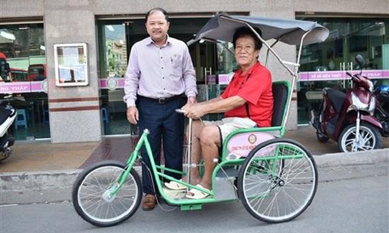 Đồng Tháp: Trao tặng xe lắc cho người khuyết tật bán vé số dạo