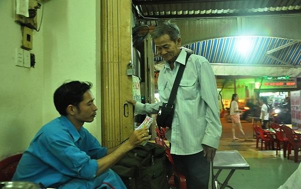 """Người bán vé số Sài Gòn """"cứu trợ"""" cho người thân khắc phục hậu quả bão số 12"""