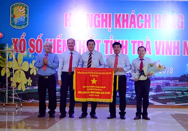 Công ty xổ số Trà Vinh vinh dự đón nhận cờ thi đua của Thủ tướng Chính phủ