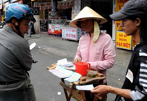 Bình Thuận: Người bán vé số có nguy cơ tái nghèo vì...