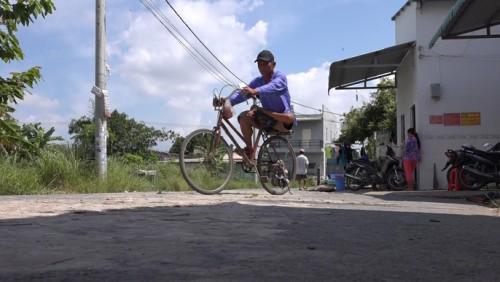 Người đàn ông tật nguyền, bán vé số để dành tiền vá đường ở TP Cần Thơ được trao giải KOVA