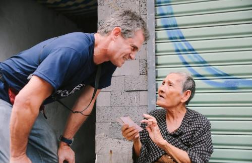 Bất ngờ với cụ bà 84 tuổi bán vé số nói tiếng Anh như gió