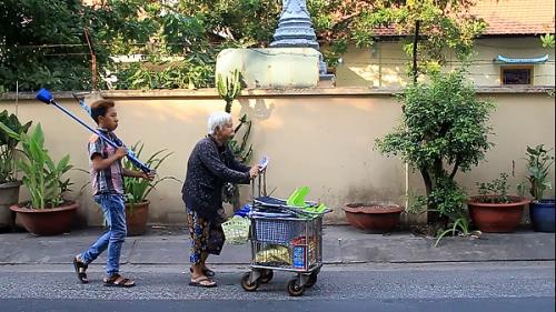 Cụ bà 75 tuổi bán vé số nuôi cháu khuyết tật