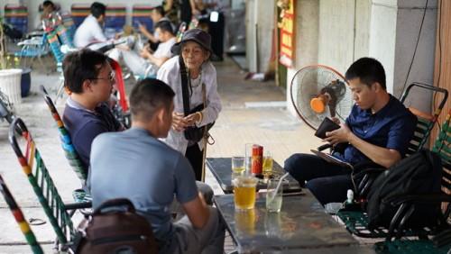 Những tấm lưng còng nhọc nhằn mưu sinh bằng vé số ở Sài Gòn