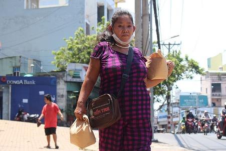 Hơn 20 năm nay, bà Tiếu vẫn dẫn con trai đi theo mình đến mọi nơi /// Ảnh: Trần Kim Anh