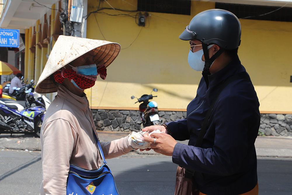 Chủ đại lý vé số ở Vĩnh Long hỗ trợ người bán vé dạo 50.000 đồng/ngày