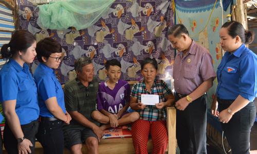 Đoàn đến thăm trao số tiền giúp đỡ em Quí chữa trị căn bệnh hiểm nghèo.