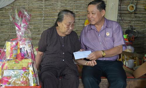 Thăm Mẹ Việt Nam anh hùng Nguyễn Thị Mười.